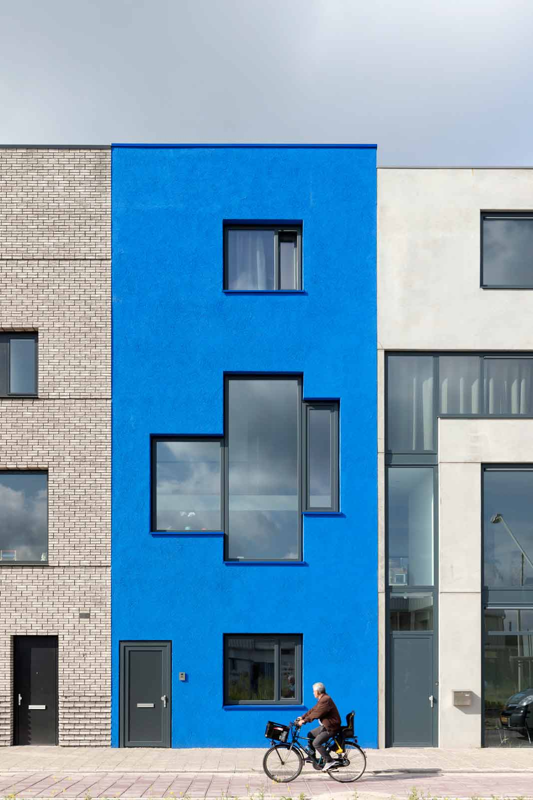 blue house by BETA photo front façade daytime Evert Klinkenberg Auguste Gus van Oppen